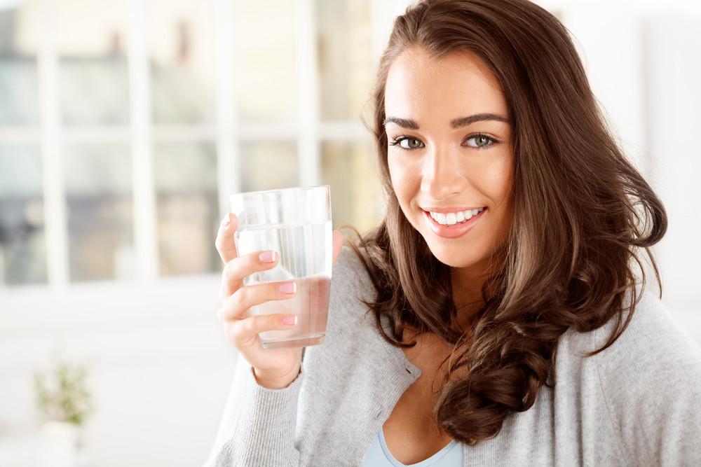 Hoe kan water drinken helpen bij afvallen?